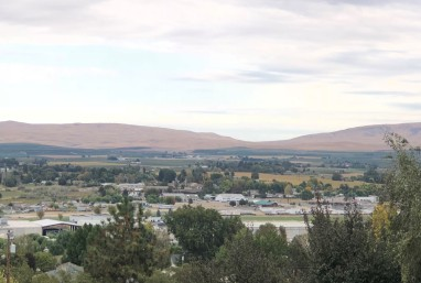 Beautiful view looking out over Sunnyside. (Head through that gap for a shortcut to Hanford and the back way to Yakima via Moxee.)